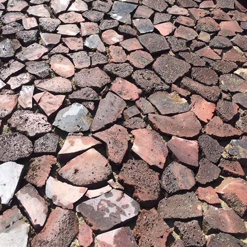 Pavés taillés en roche volcanique